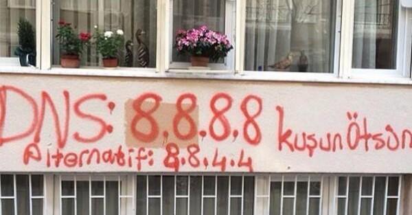 DNS de Google escritos en un graffiti en Turquia